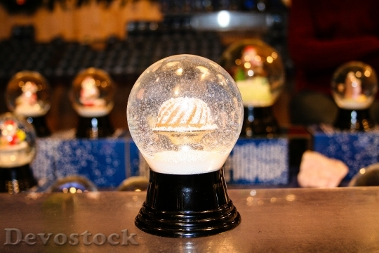 Devostock Snow Ball Christmas lass 4K