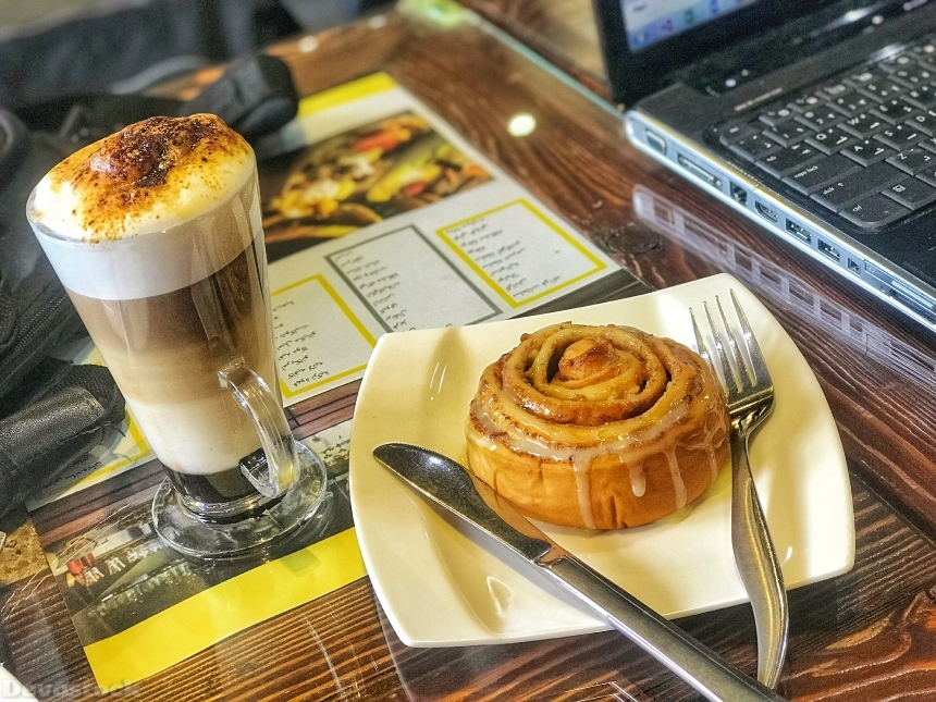 Cinnamon roll with latte