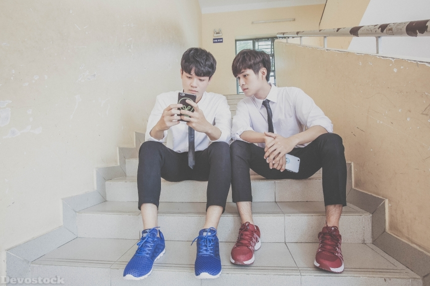 Devostock Taiwanese Two School Boys Mobiles 4k