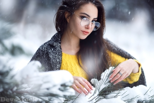 Devostock Winter Beautiful Girl Leaves 4K
